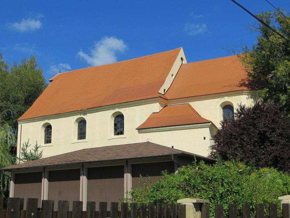 Kostel svatého Wolfganga v Poustce se dočkal nového opláštění.