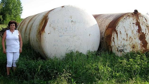 Kovové nádrže vadí zahrádkářům z Podhoří u Chebu