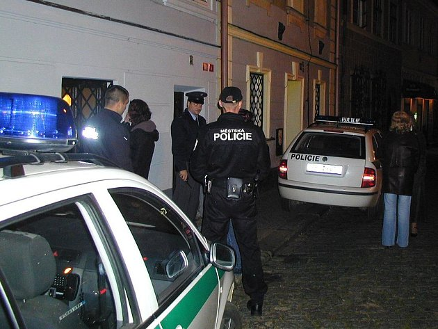 Noční policejní kontrola v jedné z provozoven na chebském Kostelním náměstí