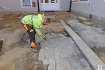 V rámci stavební rekonstrukce vnitrobloku Růžový kopeček v Hradební ulici v Chebu pokračuje záchranný archeologický výzkum.