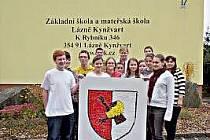 Žáci osmé a deváté třídy z Lázní Kynžvartu vyrobili znak města a přihlásili ho do soutěže. Na jeho výrobě strávili dvacet hodin