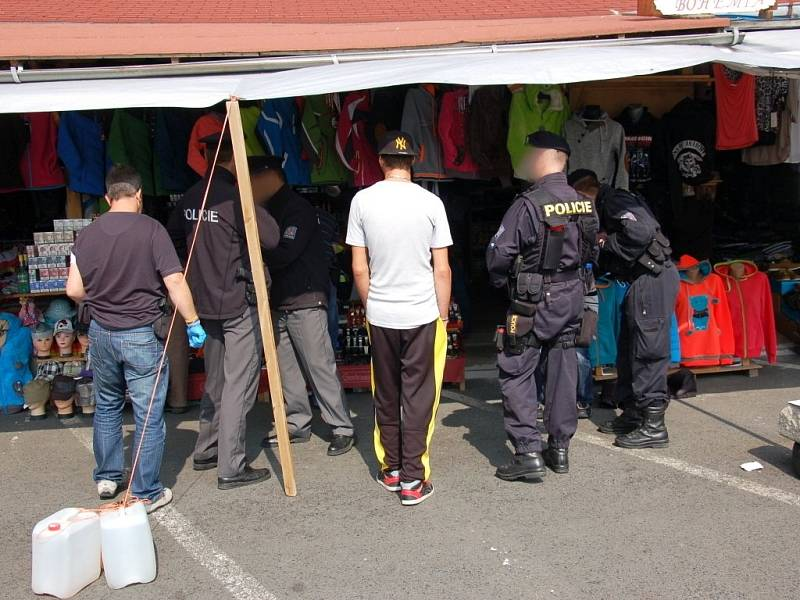 Policie šla v Aši po drogách a padělcích.