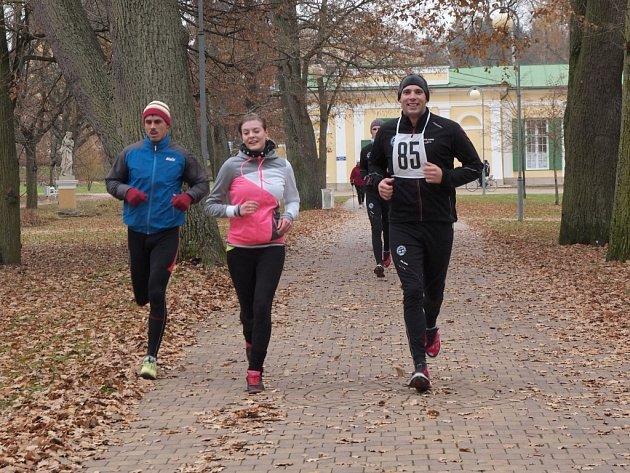 Běžecký happening pořádala Běžecká škola Miloše Škorpila ve spolupráci s Farní charitou Cheb. A ti, kteří se zúčastnili letošní 'Františkolázeňské 23hodinovky', pomáhali chebské organizaci Joker, stejně jako v minulém roce.