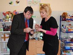 NÁMĚSTEK hejtmana Karlovarského kraje a radní pro sociální věci Miloslav Čermák obdivoval práci zdravotně postižených v Chebu.