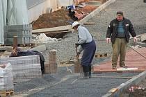 FINIŠUJÍ. Stavební dělníci v chebském obchodním centru Dragoun mají plné ruce práce. První zákazníci tady mají nakupovat už 14. prosince.