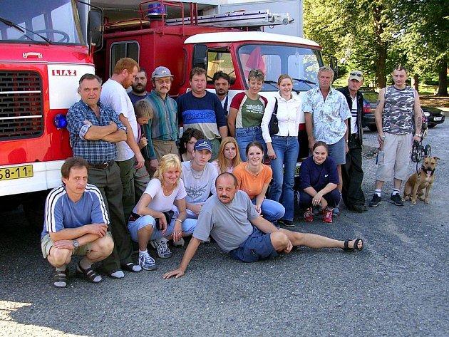 SBOR DOBROVOLNÝCH HASIČŮ v Hazlově v roce svého 130. výročí. Zcela vpředu starosta sboru Zdeněk Voneš. Sbor pomalu plánuje oslavu dalšího výročí, i když mají hasiči ještě šest let čas.