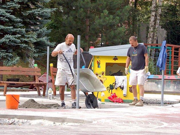 PŘEDŠKOLÁCI, KTEŘÍ PO PRÁZDNINÁCH  přijdou do mateřské školy v chebské Komenského ulici, se mohou těšit na zrevitalizovanou zahradu. Práce by do začátku školního roku měly skončit.