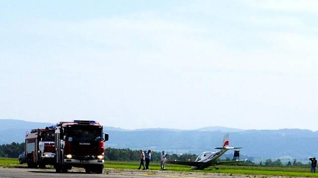 Na letišti v Horních Dvorech nouzově přistál ultralight. Čekaly na něj všechny složky Integrovaného záchranného systému z Chebu. Pilot naštěstí manévr zvládl bez potíží.
