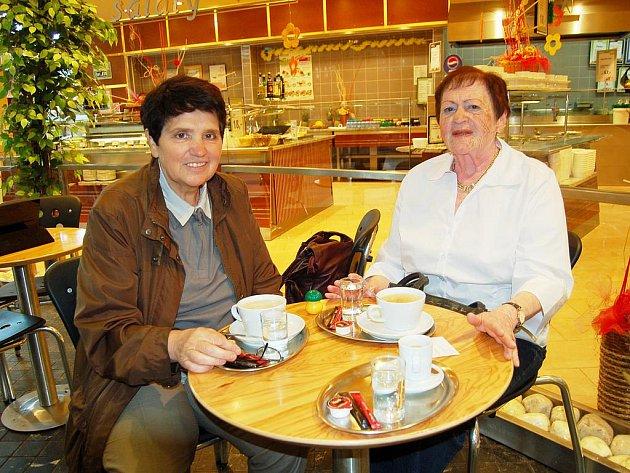 Na cestách po Chebsku občas  Lianu Rothovou (vpravo) doprovází její kamarádka z Mariánských Lázní Pavlína Jindřichová. Na snímku si právě společně vychutnávaly kávičku v jedné chebské restauraci.