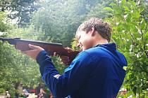 Střelba lukem, prakem a vzduchovkou prověřila um soutěžících v třetím ročníku klání Milíkovský snajper.