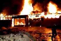Požár v Aši likvidovalo sedm jednotek hasičů.