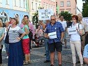 Na chebském náměstí Krále Jiřího z Poděbrad protestovala proti Andreji Babišovi zhruba stovka demonstrujících.