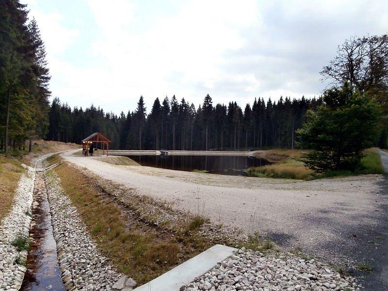 Lesy České republiky přispěly významnou měrou ke zlepšení přírody v lokalitě Slavkovského lesa v Karlovarském kraji. Dokončily důležitou, dva roky trvající komplexní renovaci známé vodní nádrže Černý rybník v přírodní rezervaci Kladská.