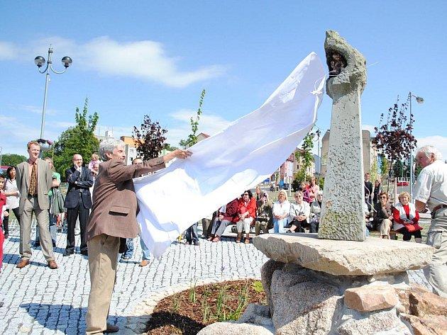 Potůček zurčí, voda teče a největší radost z toho mají děti. Ašské Masarykovo náměstí prošlo celkovou revitalizací a nyní nadešla chvíle, kdy se slavnostně otevřelo veřejnosti. Protíná jej uměle vytvořený potůček.