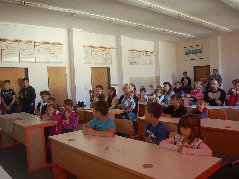 NA NOVĚ ZREKONSTRUOVANOU UČEBNU v Základní škole v Dolním Žandově se přišli podívat žáci i jejich rodiče.