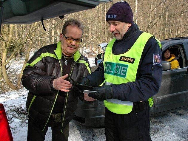 Policisté z Německa a z Čech společně kontrolovali na Chebsku automobily kvůli drogám.