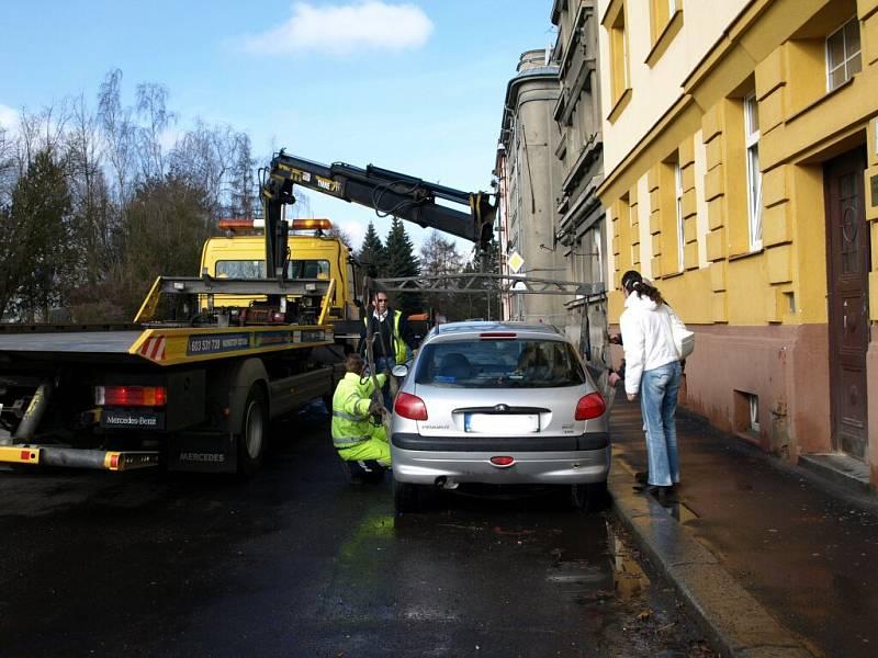 Jarní blokové čištění města Chebu začalo jako vždy nepopulárními odtahy vozidel