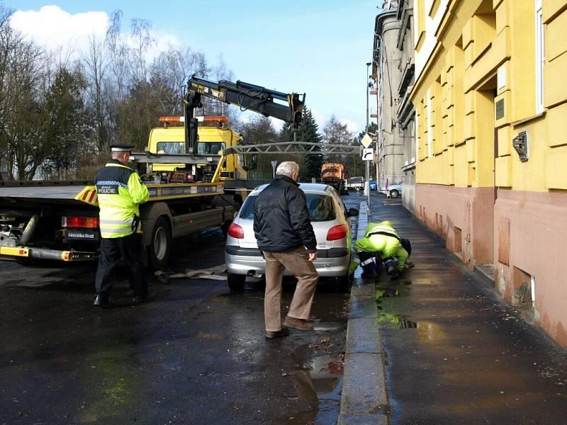 PŘI JARNÍM ÚKLIDU BUDOU Chebským technickým službám také letos asistovat městští policisté a odtahová služba. V minulém roce (na snímku) se odtáhlo asi 80 aut.