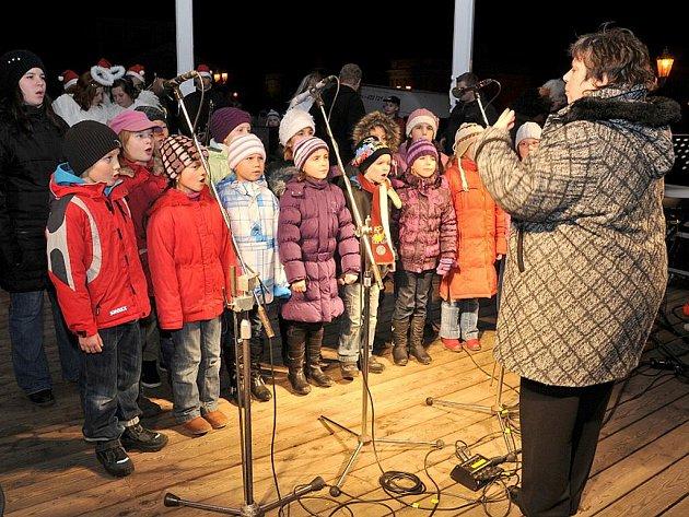Oblíbenou akci rozsvěcení vánočního stromu pojali ve Františkových Lázních netradičně.