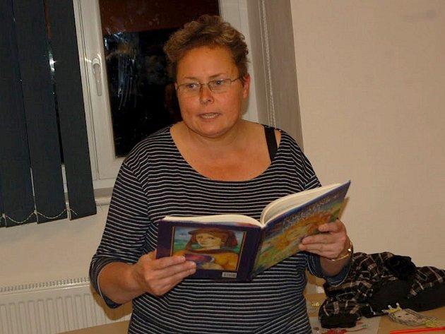 Eva Pupáková předčítá dětem pohádku při Noci s Andersenem.