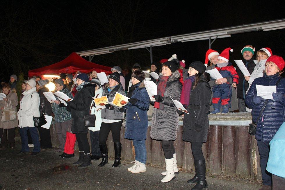 Koledy se rozezněly také před hotelem Krakonoš v Mariánských Lázních. Cestu si sem našlo více jak sto lidí.