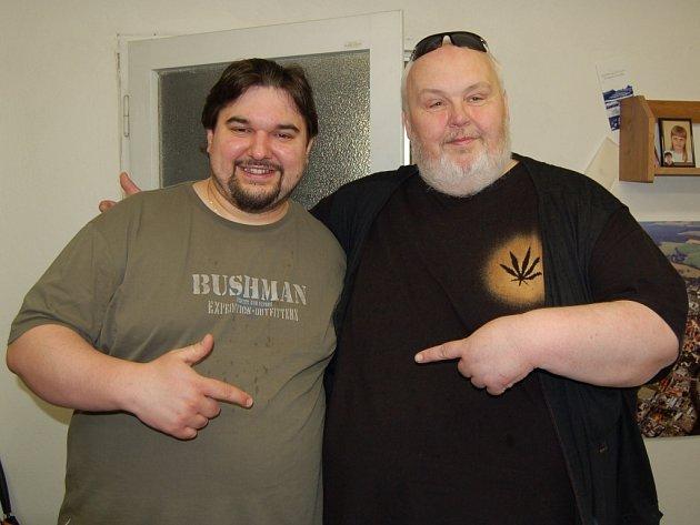 TOMÁŠ MAGNUSEK (vlevo) se na rozhovor s Chebským deníkem dostavil v doprovodu populárního herce Milana Cháry jednoho z protagonistů filmu ´Jedlíci aneb Sto kilo lásky´.