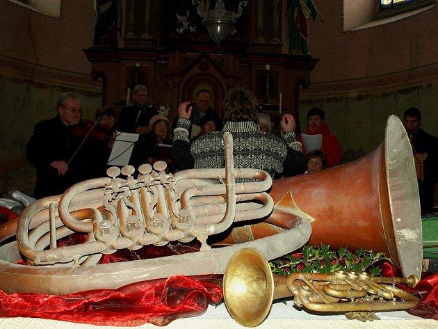 Tři hudební nástroje skrýval kostel Povýšení sv. Kříže v Novém Kostele. Podle místních si je tam pravděpodobně schovali hudebníci na začátku druhé světové války nebo během odsunu.