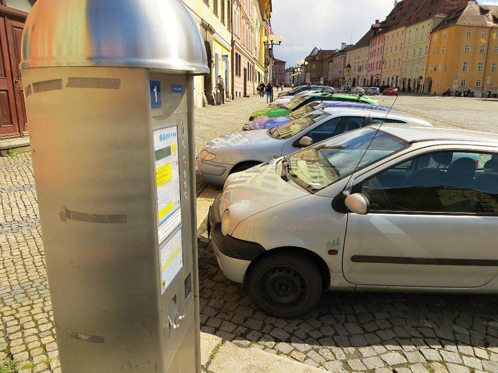 Parkování na chebském náměstí Krále Jiřího.