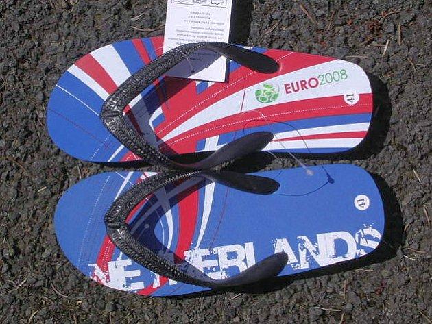 Chebští celníci objevili v kontejneru se zbožím z jihovýchodní Asie pantofle, u kterých mají podezření že jsou opatřeny nelegálními ochrannou známkou Euro 2008