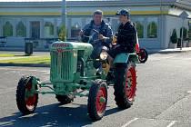 Historické traktory při zastávce v Pomezí nad Ohří při cestě na výstavu v Německu
