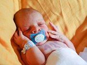 ŠIMON HALAMKA se narodil v pondělí 4. dubna v 3.50 hodin. Na svět přišel s váhou 3 610 gramů a mírou 51 centimetrů. Maminka Monika a tatínek Vlastimil se radují z malého Šimonka doma v Mariánských Lázních.