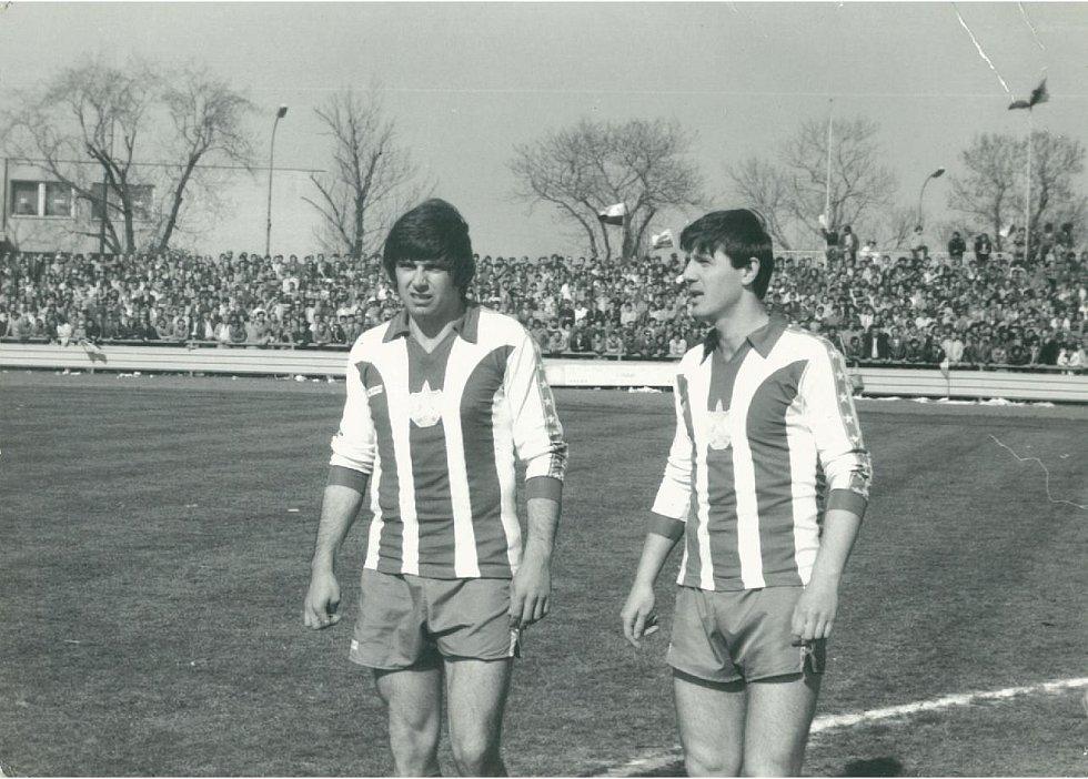 Ve stejném utkání nastoupil za Cheb i Jozef Chovanec, na snímku s Vladimírem Čermákem.