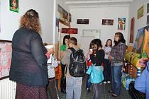 NÍZKOPRAHOVÝ KLUB Fénix v Aši si přišli prohlédnout i místní školáci. Klub je otevřen dvakrát týdně a nabízí jak výtvarné aktivity, tak i například společenské hry.