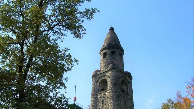 Celkem 34 metrů vysoká Bismarckova rozhledna nebo také rozhledna Háj u Aše se tyčí na vrchu Háj u Aše.