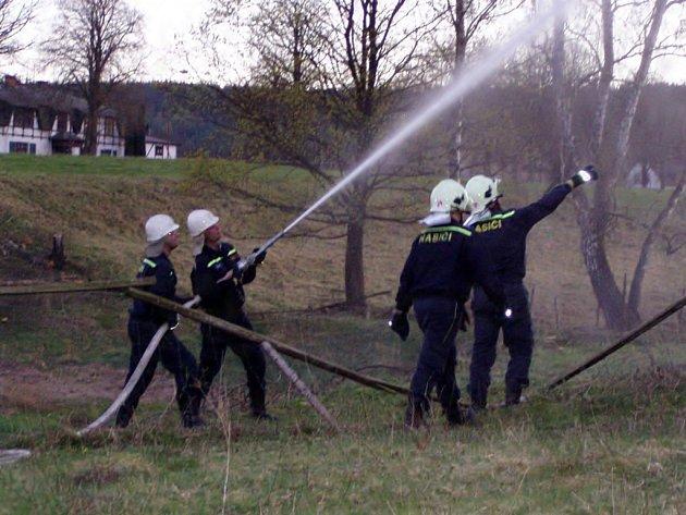 Hasiči likvidují požár zámku v Kopaninách u Aše