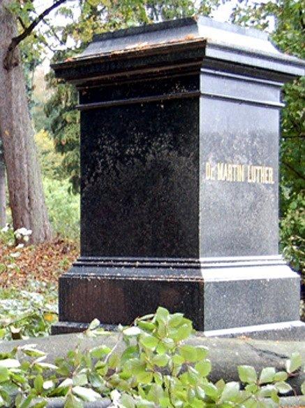 Lutherova socha v Aši - prázdný podstavec