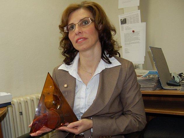 OLGA KUPEC na žádost Deníku ukázala cenu Manažerka roku v ČR.