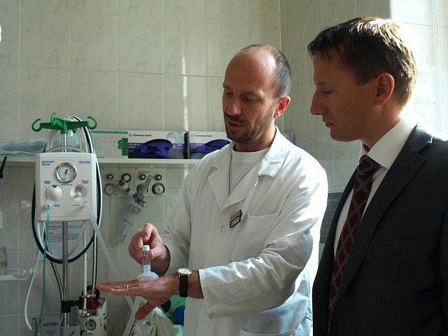 Vybavení za 110 tisíc korun převzalo dětské oddělení chebské nemocnice od občanského sdružení Život dětem.