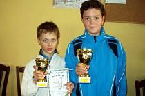 Finálová dvojice chebského tenisového turnaje: vítěz Matěj Pánik z Tenisklubu Cheb (vpravo) a Jonáš Forejtek z  I. ČLTK Praha.