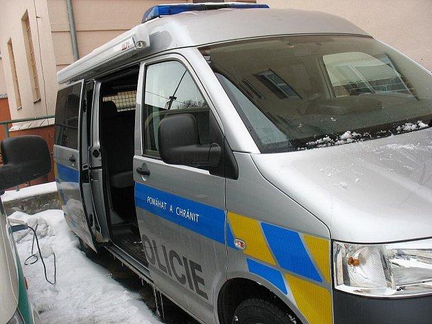 NOVÝ AUTOMOBIL podle mluvčí policistům opravdu pomůže. Vůz se svou výbavou částečně supluje záchranku a hasiče.