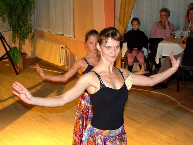 Taneční představení dětí z františkolázeňské ´zušky´ v Sadové kavárně