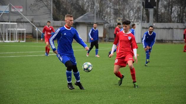 Druhá výhra. Fotbalisté Hvězdy Cheb B (v červeném) dosáhli v rámci zimní přípravy na druhou výhru, když pokořili Skalnou.