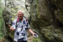 Jen několik kilometrů od Chebu u obce Hazlov se nachází přírodní památka s názvem Goethova skalka. Přírodní památku tvoří skalní útvar 400 metrů dlouhý a 10 metrů široký.  Častým návštěvníkem skaliska je seismolog Milan Brož.