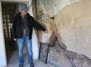 JEDNU Z BUDOV chebského Špalíčku ohrožuje červotoč a houby.