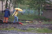 Lidé riskují životy, když přechází koleje na vlakovém nádraží v Sokolově.