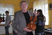 Přehlídka vynikajících soudobých i historických hudebních nástrojů byla v pátek a sobotu k vidění v Lubech. K unikátům patřily historické housle, které na ukázku přivezl do Klubu ateliéru Saldo, kde se akce konala, mistr Václav Vacek.