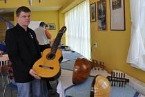 Tónové zkoušky kytar a houslí v Ateliéru Saldo v Lubech
