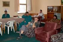 ARKTICKÉ MRAZY panující v posledních dnech mohou lidé bez domova v Chebu přečkat v charitní ubytovně Betlém (na snímku) a také v denním centru.