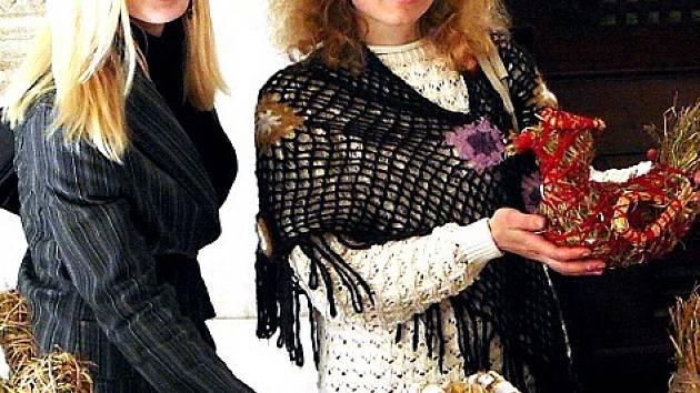 Jana Sičáková (vpravo) a Olena Soloviová vyrábí různé předměty ze sena i slámy. Své výrobky představily na velikonoční akci v chebském muzeu.