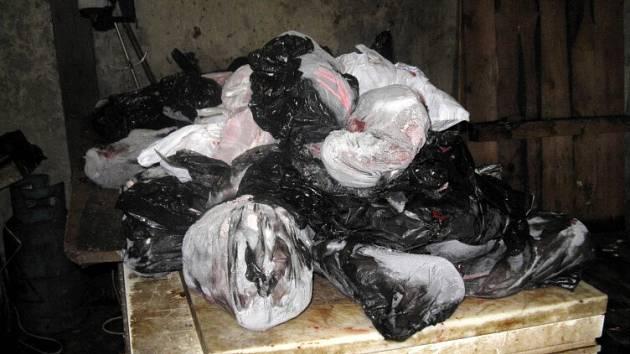 Maso z mrazáku ve stodole, kde byla psí jatka